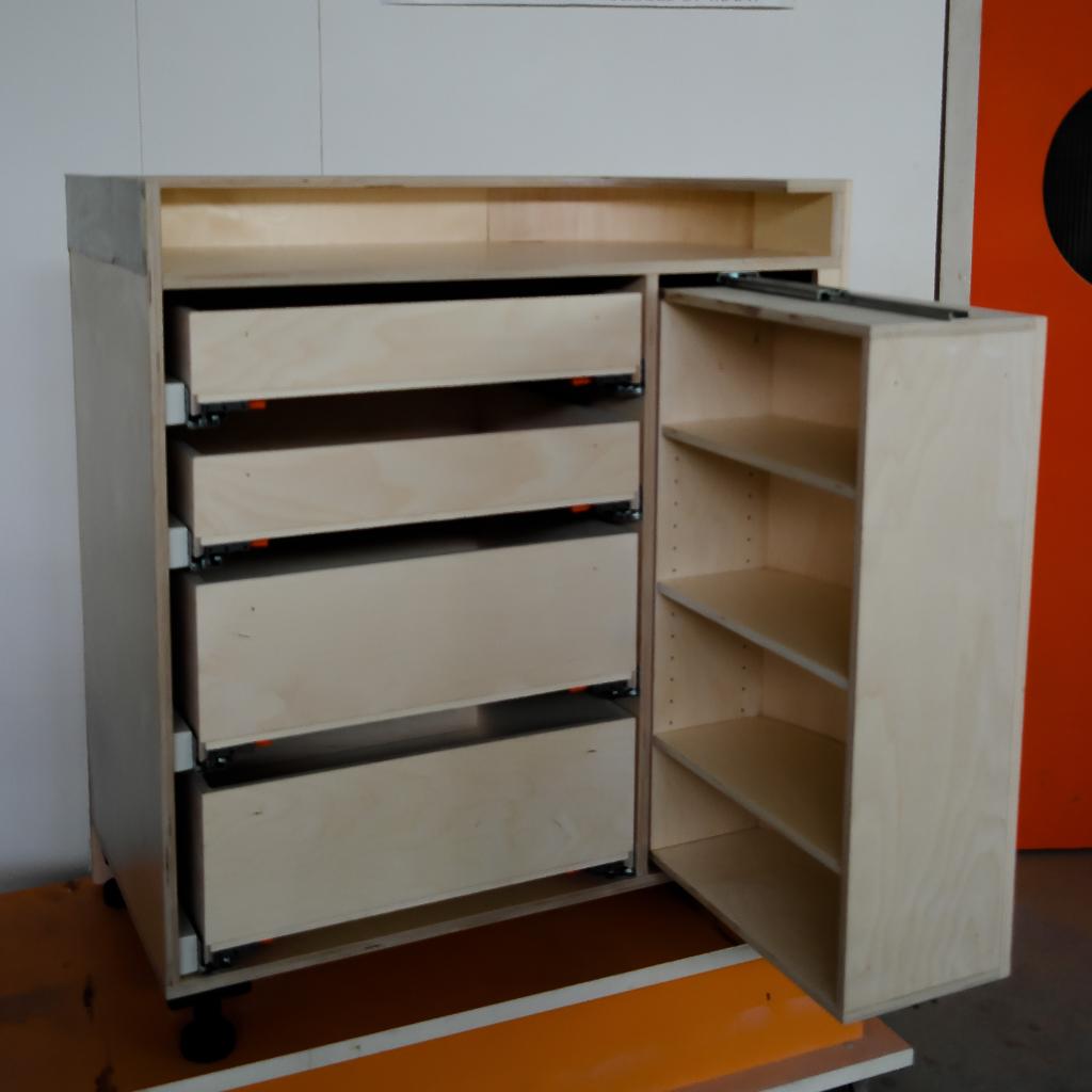 Bar voor verbouwing. MiMeubels, Marianne Meijs, de meubelmakerij.frl. renovatie. gebogen formen. beuken laden